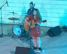 Cristina Ybara cautiva con sus melodías en el concierto del auditorio Del Val
