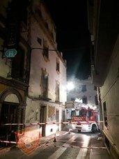 Policía Local y Bomberos cortan la calle Vendederas de Andújar por riesgo de derrumbe de un edificio