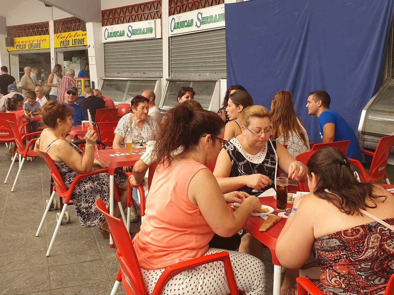 La sardinada de la Plaza de Abastos se reafirma como pórtico de la Feria