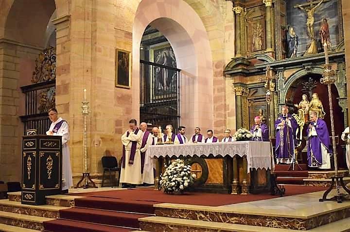 La iglesia de Santa María acogió el funeral por el alma de Monseñor Estepa