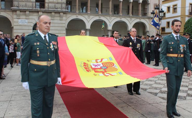 Andújar honra a la bandera de España y acompaña a la Guardia Civil el día de su Patrona