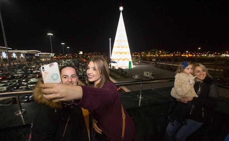 Ya brilla el árbol del Nevada: el más alto de Europa