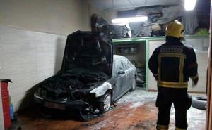 Incendio en un taller cerca de las vías del metro de Armilla