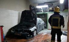 Las imágenes del incendio en un taller cerca de las vías del metro de Armilla