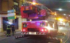Una vela provoca un incendio en una vivienda de Armilla que se salda con cuatro heridos leves