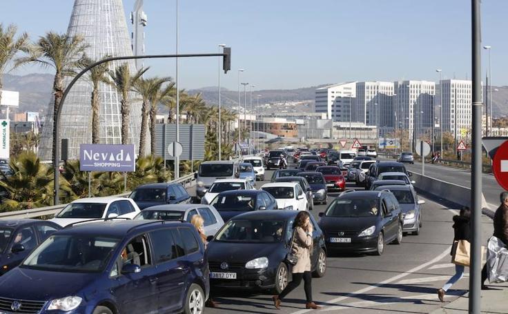 Largas colas para entrar al Centro Comercial Nevada con la llegada de las rebajas