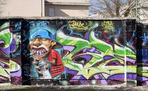 Una docena de grafitis decoran la Ciudad Deportiva de Armilla