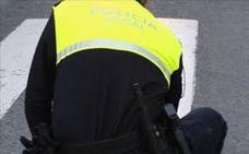 Dos policías locales de Armilla atienden un parto en plena calle