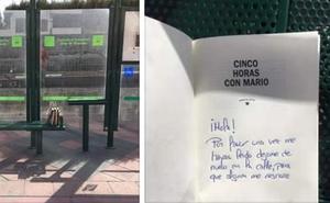 Una vecina de Armilla crea una iniciativa para compartir libros en las paradas de bus y metro