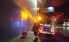Bomberos sofocan un aparatoso incendio de madrugada en la planta de Recisur de Armilla