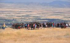 Miles de bastetanos esperan al Cascamorras con 3.000 kilos de pintura negra