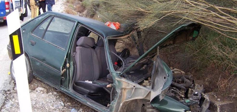 Los bomberos de Baza recatan a dos conductores en sendos accidentes de tráfico
