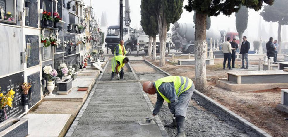 El Ayuntamiento de Baza acondiciona los paseos interiores del cementerio