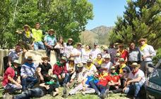 La Hermandad de las Santas de Puebla realiza la tradicional recogida de sabina para engalanar el pueblo