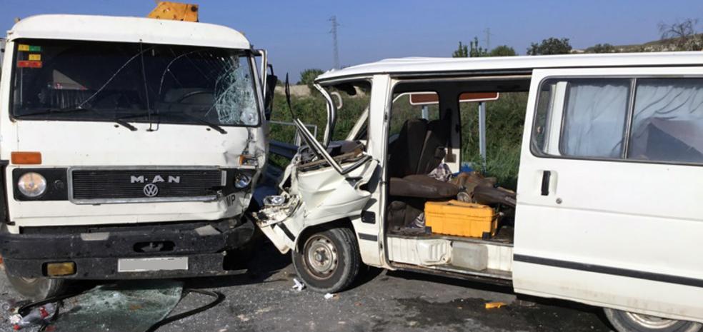 Los bomberos de Baza liberan al conductor de un vehículo accidentado en Benamaurel
