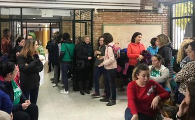 Padres y alumnos del colegio de La Puebla en huelga para exigir el docente que le han quitado
