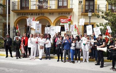 Las trabajadoras de la ayuda a domicilio de Zújar se manifiestan ante los impagos en la empresa Negratín