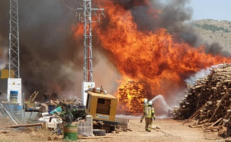 Las imágenes del incendio de la fábrica de pellets de Huéscar