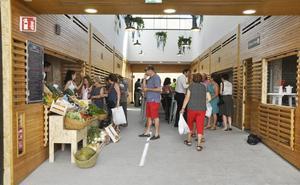 Lo que fue Plaza de Abastos reabre sus puertas con puestos de frutería, chocolatería, aperitivos y una cafetería