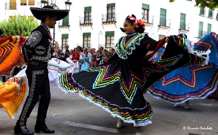 El baile multicolor del folclore mundial en Baza