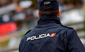Dos policías nacionales de Baza (Granada) salvan la vida a un hombre que intentó suicidarse en su casa