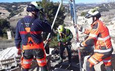 Los bomberos de Baza rescatan a un anciano de un sifón de riego de unos 4 metros de profundidad