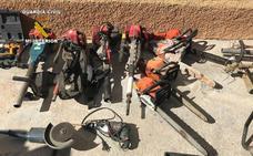 Dos detenidos y tres investigados por robar almendras y maquinaria
