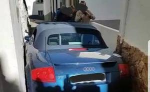 Un coche se encaja en una calle de Cazorla tras saltarse una señal