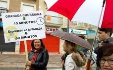 Medio centenar de vecinos de Churriana de la Vega exigen que se recupere la frecuencia de autobuses en el municipio