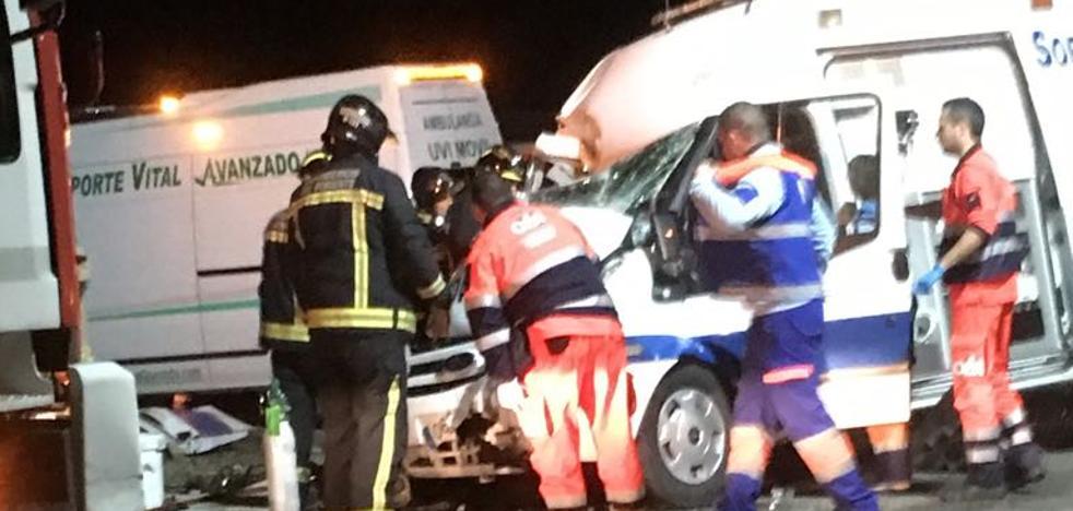 Herido grave un médico tras una colisión entre una ambulancia y un camión en El Ejido