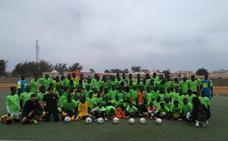 Nace una escuela de porteros en Senegal con acento almeriense y botas solidarias