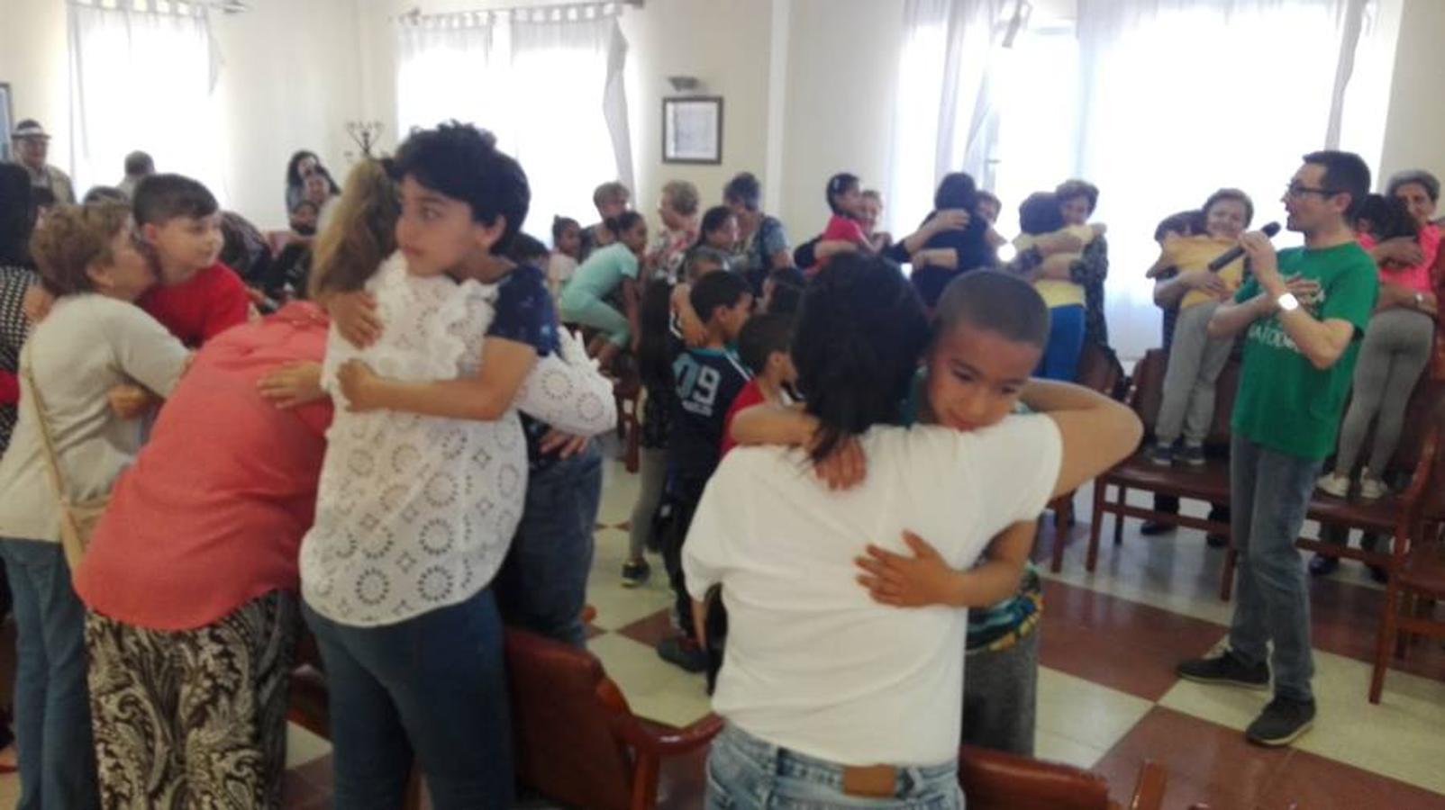 Los alumnos del Mirasierra abrazan a sus mayores de Las Norias
