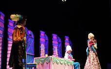 Centenares de escolares se acercan al teatro con el espectáculo El Gato con Botas