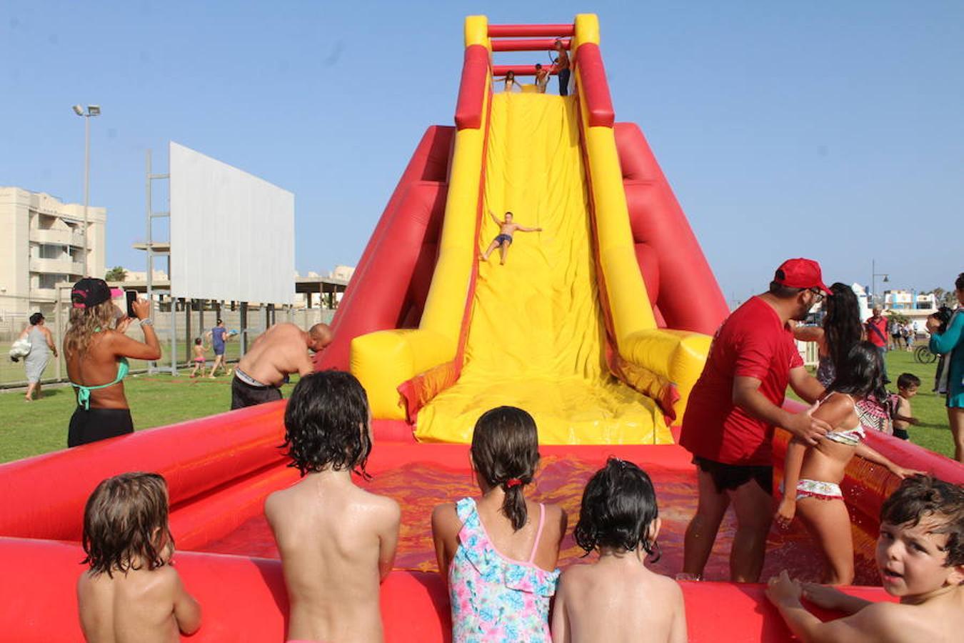 Fiesta del agua, sardinada popular y música para arrancar las fiestas del Carmen en Almerimar