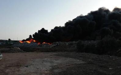 Se declara un incendio en la planta de reciclaje de plásticos Demaplastic en Las Norias