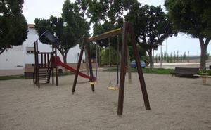 El Ayuntamiento mejora la seguridad de la zona infantil de la Plaza Siseñores de Pampanico