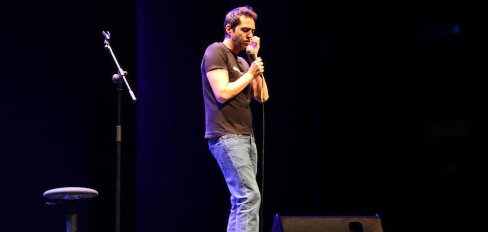 El auditorio de El Ejido se llena de risas con la actuación del monologuista David Guapo