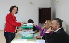 La candidata del PSOE al Parlamento Andaluz Gracia Fernández ejerce su derecho a voto en El Ejido