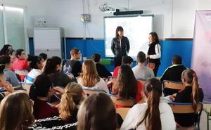 La directora de cine Mabel Lozano aborda la violencia de género en el IES Mar Azul