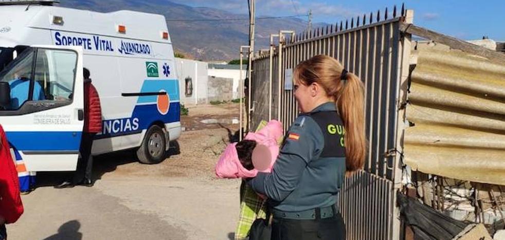 Auxilian a cuatro menores, entre ellos un bebé de dos meses, que vivían con su madre en un cortijo