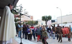 Santa María del Águila saca a sus mascotas a la calle para bendecirlas