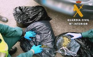 Abandona tres bolsas de 'maría' en plena A-7 por la presencia de la Guardia Civil en un atasco