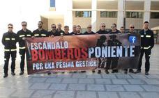 Bomberos del Poniente se concentran ante el Ayuntamiento para pedir que se les dé voz