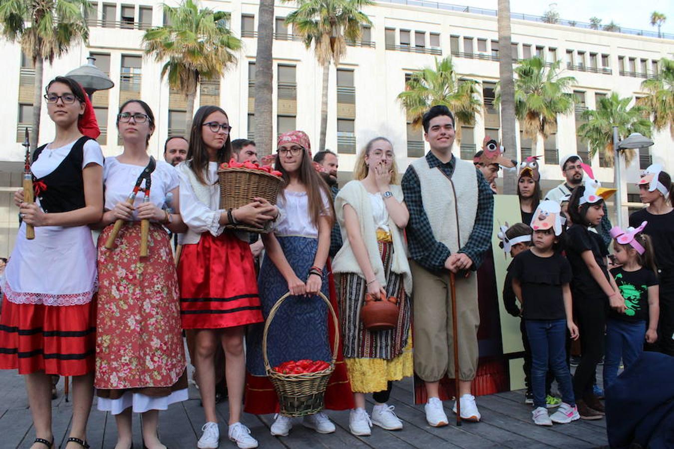 Miles de personas asisten a la inauguración del Festival de Teatro
