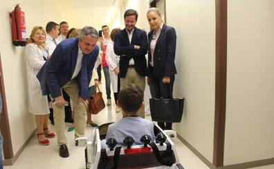 Los pequeños pacientes del Poniente llegan a quirófano conduciendo