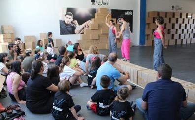 Decenas de pequeños se sumergen en un mundo de imaginación y cartón