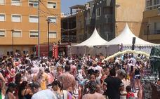 Decenas de niños disfrutan de la fiesta de la espuma en Balerma