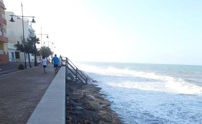 El último temporal de viento deja de nuevo a Balerma sin playa