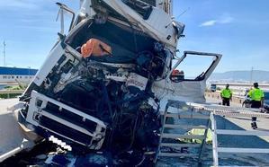 Muere el conductor de un camión en un accidente en la A-7
