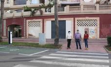 El PSOE denuncia el estado del acerado en la calle Arquitecto Julián Laguna de Almerimar
